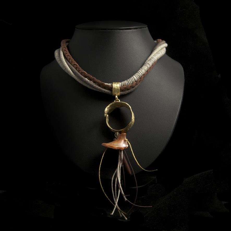 Collier bronze et coquillage, créateur grec 65 euros