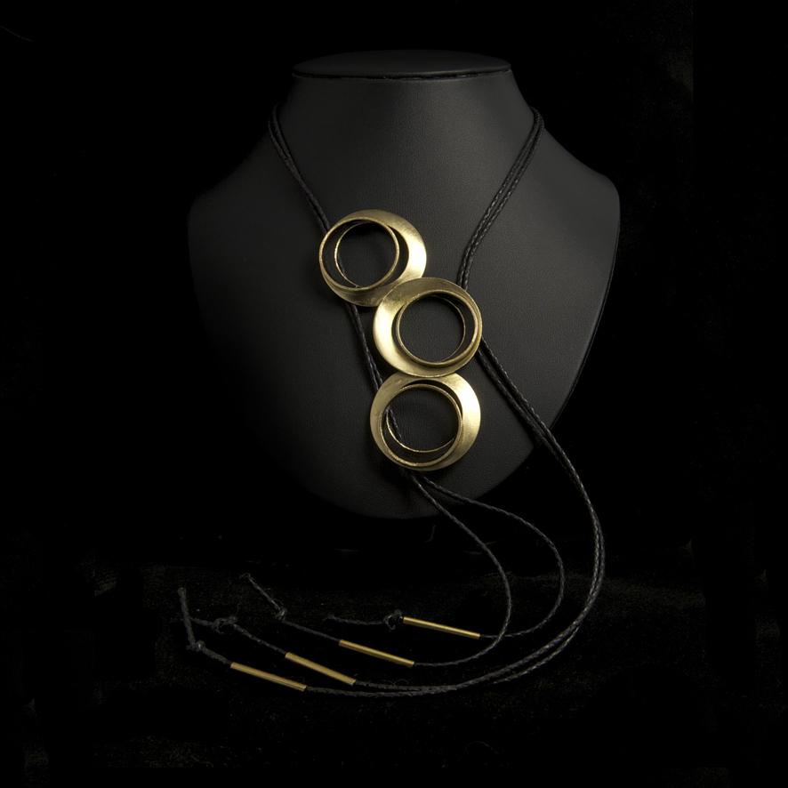 Collier sautoir bronze, créateur grec  65 euros