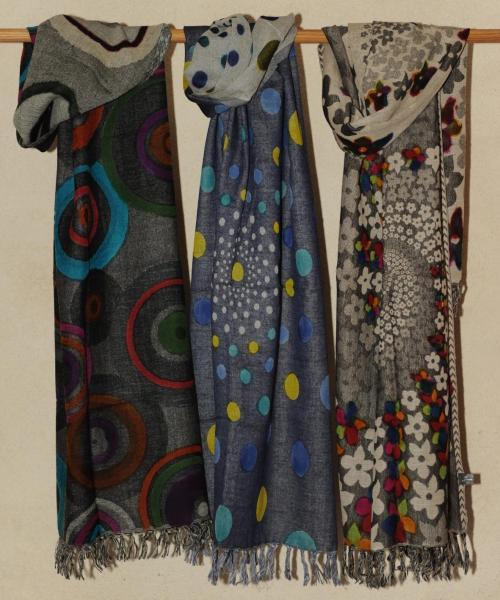 Echarpe en laine douce, peinte à la main, 55 euros